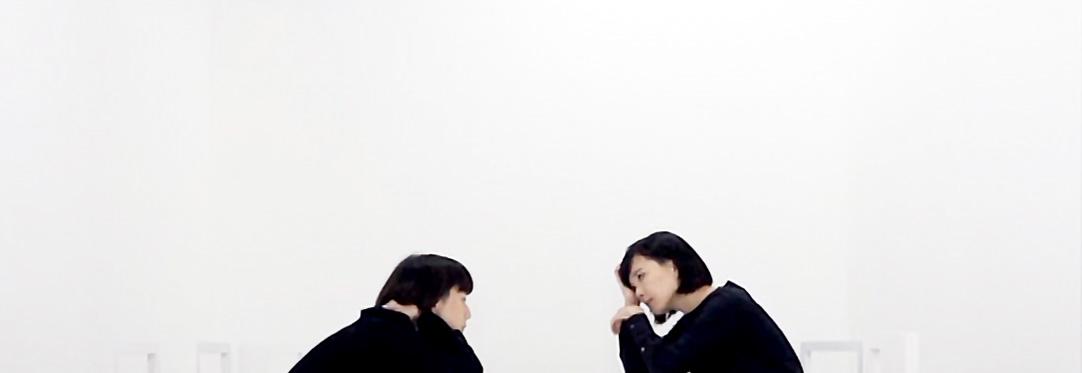 アーティスト写真 左から添田、奥泉  映像作品 《住宅設計演習》より